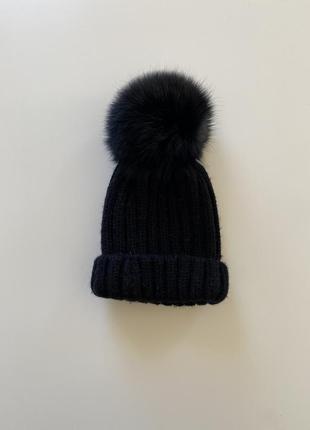 Чёрная шапка с натуральным мехом