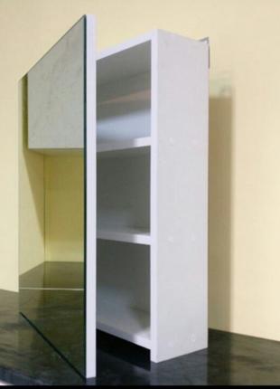 Навесной шкаф с зеркалом.