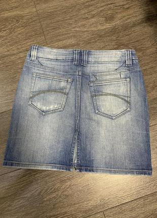 Джинсовая актуальная  юбка  светлая с потёртостями с разрезом ...