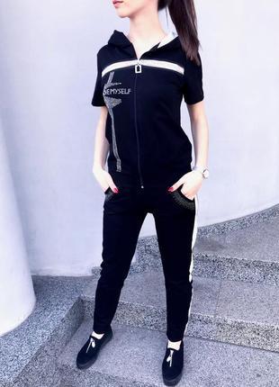 Женский костюм брючный с лампасами черный