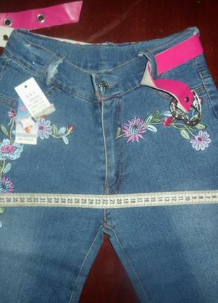 Джинсы с вышивкой новые для девочки