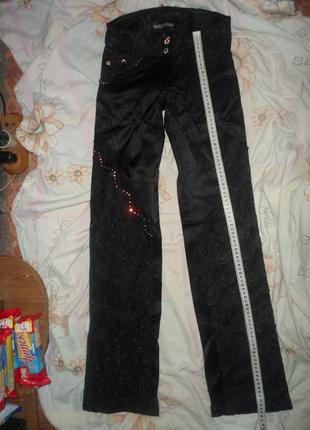 Красивые черные атласные брюки