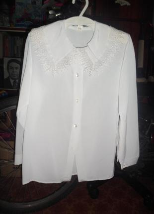Белую  блузку с  очень красивым вортничком для школы