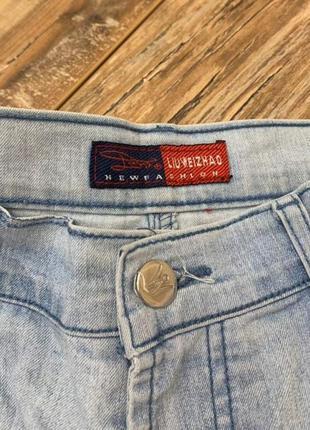 Светлые летние джинсовые шорты с заклепками