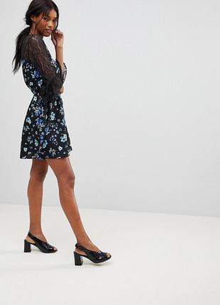 Красивое приталенное платье с кружевной кокеткой и рукавами от...