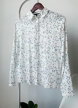 Біла блузка в принт дрібних птахів