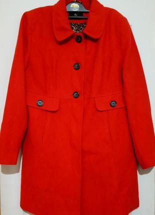 Яркое пальто на красивые формы