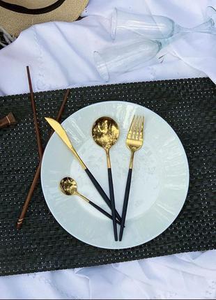 Золотой набор столовых приборов