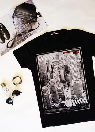 Черная мужская футболка с принтом города
