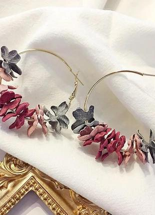 Красивые серьги кольца с цветами