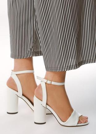 Новые шикарные женские белые босоножки на высоком каблуке