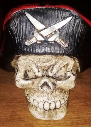 Статуэтка череп-пират