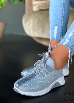 Женские трикотажные кроссовки с камушками и имитацией шнурков