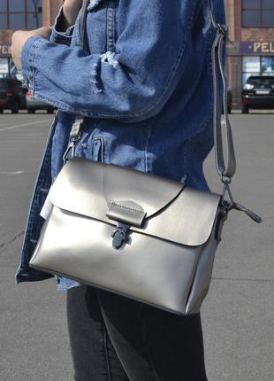 Красивая серебряная сумка из натуральной кожи