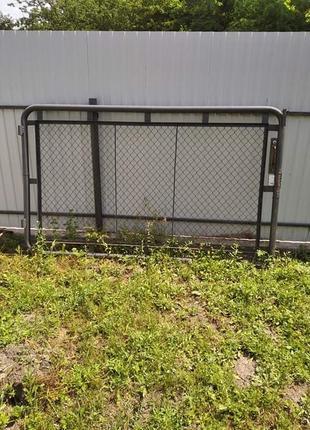 Ворота металеві, довжина - 2,5 метра, висота - 1,5 метра.