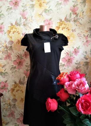 """Черное трикотажное платье с """"кожаными"""" вставками и с брошкой"""