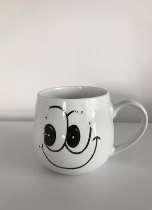 Чашка, белая чашка со смайликом.