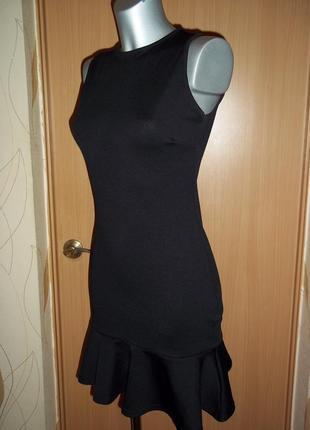 Черное платье с воланом рюшей