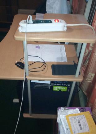 Стол чисто для компьютера.