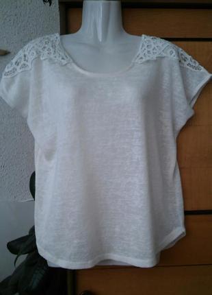 Блузка-футболка из фактурного трикотажа с кружевными вставками
