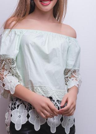 Красивая мятная блуза с крупным кружевом