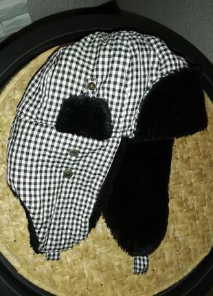 Шапка-ушанка с мехом в клетку черно белая