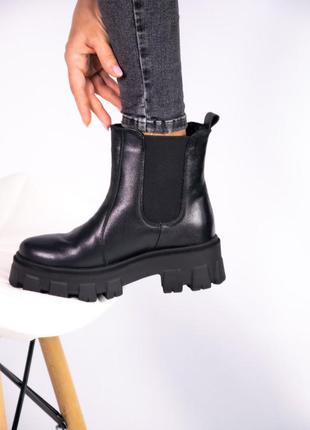Женские короткие ботинки на тракторной подошве