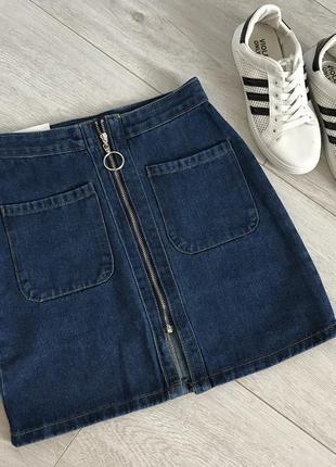 Короткая джинсовая юбка с завышенной талией