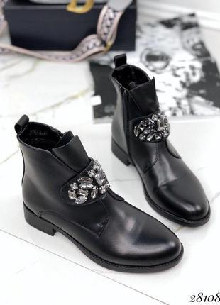 Стильные ботинки с украшением