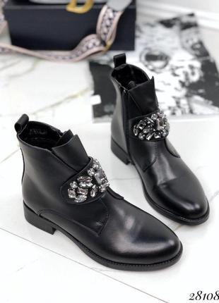 Ботинки с украшением.