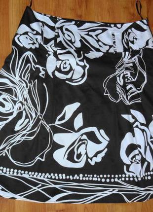 Тёмно коричневая юбка с белыми розами.