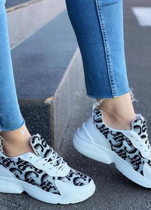 Стильные повседневные кроссовки