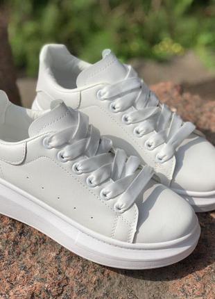 Повседневные белые кроссовки кеды