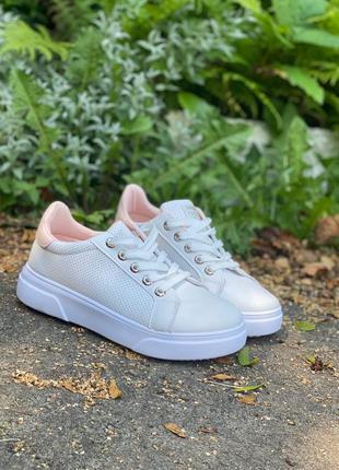 Стильные белые кроссовки кеды с розовой пяточкой