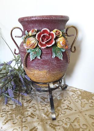 Декоративная керамическая ваза на подставке