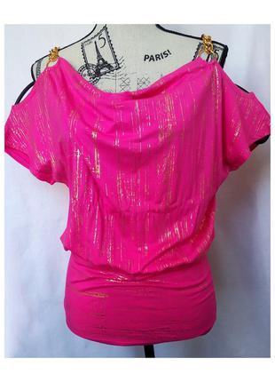 Женская блуза цвета фуксия с открытыми плечами