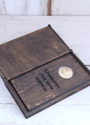 Подарок на день рождения или юбилей монета в подставке и коробке