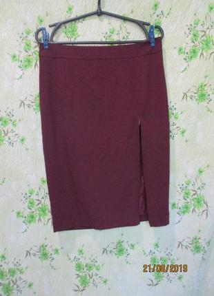 Бордовая юбка карандаш с разрезом на молнии