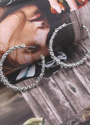Серьги кольца трендовые серебристые блестящие сережки