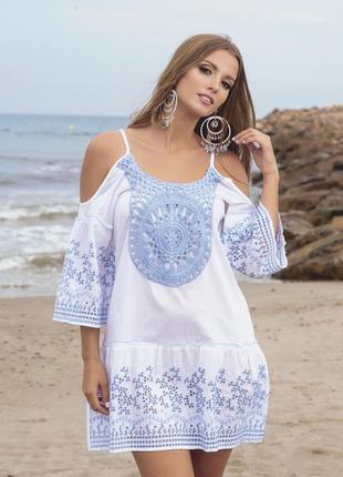 Белая пляжная туника из хлопка с вышивкой цвета деним и кружев...