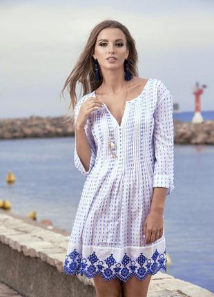 Стиль бохо: белая с синим пляжная туника с невероятной вышивкой