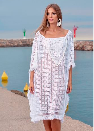 Яркий стиль бохо, белая пляжная туника с вязанным кружевом и б...