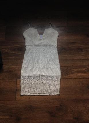 Платье гипюр с глубоким декольте