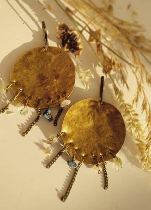 Круглые серьги с натуральными камнями и цепочкой