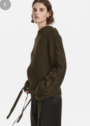 Объёмный свитер со шнуровкой на рукавах