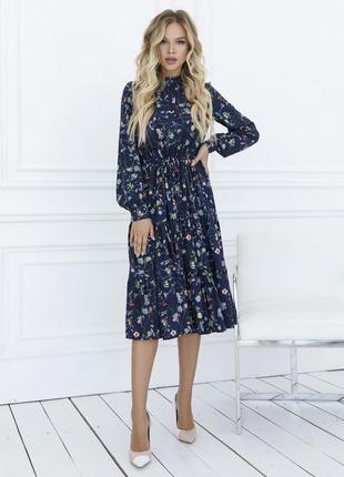 Синее цветочное платье с воланами