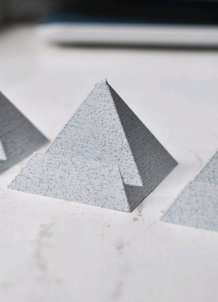 Подставка для телефона Черная пирамида