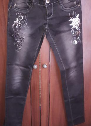 Красивые женские джинсы с пайетками..