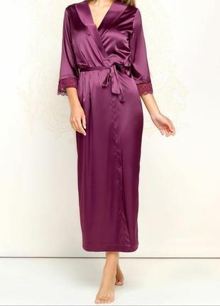 Сногсшибательный длинный атласный халат из сатина с кружевом н...