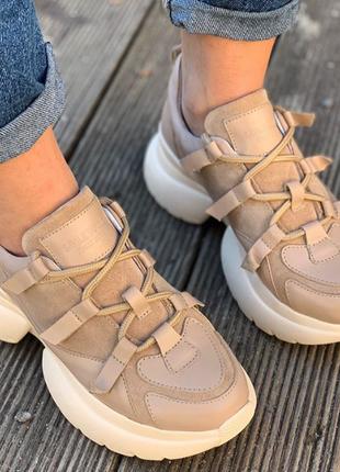 Очень модные бежевые  кроссовки на  фигурной подошве